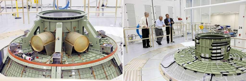 À gauche, cette capsule n'est pas le modèle de vol. Elle a été utilisée pour subir bon nombre d'essais acoustiques et de vibrations, ainsi que des essais d'amerrissage. À droite, la partie supérieure de la capsule Orion, sous l'œil attentif de Charles Bolden, l'administrateur de la Nasa (au centre). © Nasa, Frankie Martin