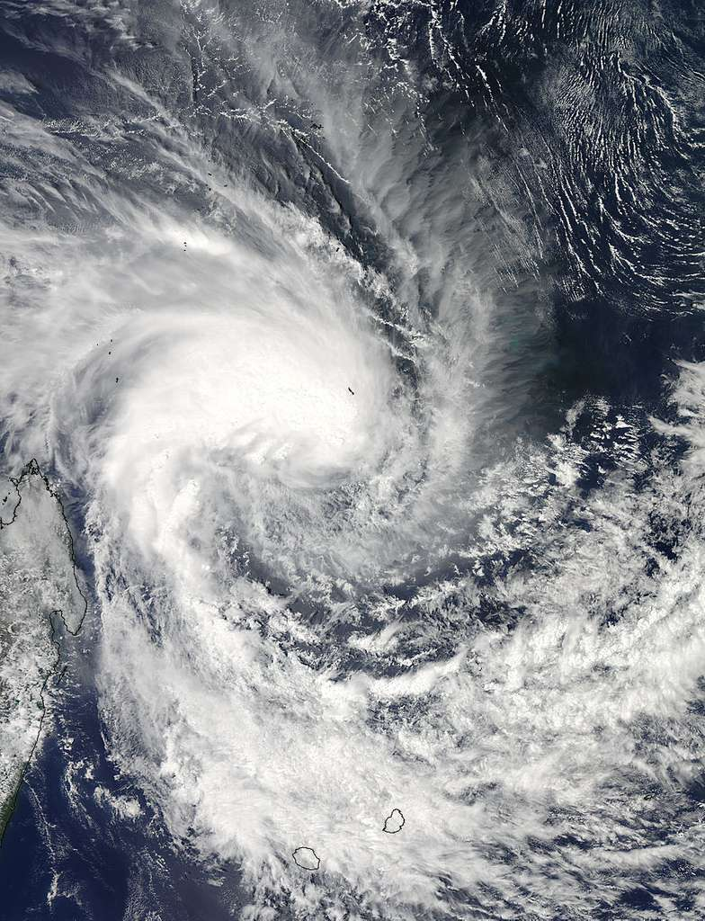 Le cyclone tropical Dumile est au nord-est de Madagascar (en contour noir à gauche de l'image). La photographie est prise par l'instrument Modis du satellite Aqua de la Nasa, le 1er janvier 2013 à 10 h 55 heure française. On distingue l'île de la Réunion en bas à gauche et l'île Maurice en bas à droite. © Nasa Goddard Space Flight Center, Modis Rapid Response Team