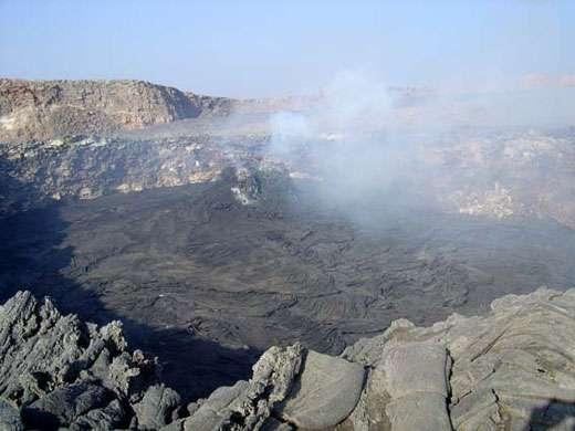 Le cratère puits, vu de l'est, le 1er décembre 2004. Le lac de lave apparaît complètement solidifié. Quatre hornitos se sont édifiés dans la partie ouest du cratère. © J.-M. Bardintzeff, reproduction et utilisation interdites
