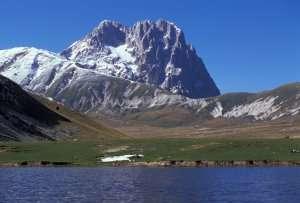 Le Corno Grande (2.912 mètres), le plus haut sommet du massif du Gran Sasso, au sein de la chaîne des Apennins, témoin de la collision actuellement en cours entre deux plaques tectoniques. © Città di L'Aquila