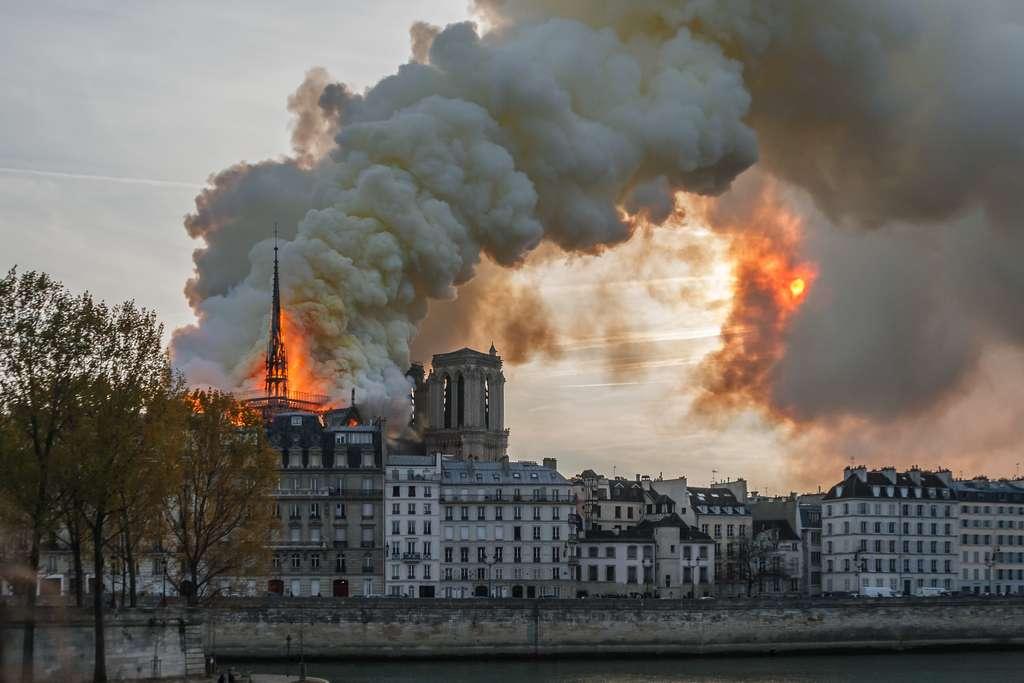 Après l'incendie de la cathédrale Notre-Dame de Paris, les poussières de plomb se sont déposées sur les routes, et sur les aires de jeux exposant les enfants à une possible contamination. © ZimmermannPhotogr-y, Adobe Stock
