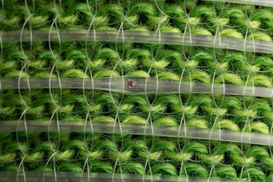 La fibre numérique intégrée dans un vêtement, avec une puce électronique au centre de l'image. © Anna Gitelson-Kahn / Roni Cnaani