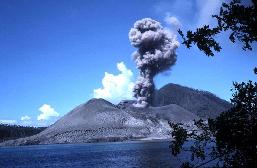 L'éruption du volcan Tavurvur, en Papouasie-Nouvelle-Guinée