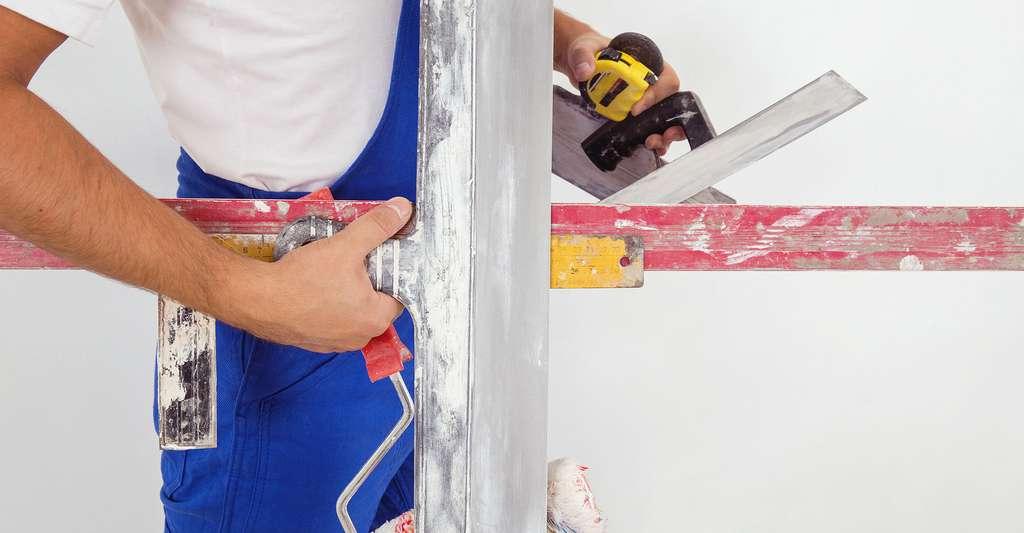 Pour poncer et dépoussiérer son mur, il est nécessaire d'avoir tout le matériel. © Cozy Home, Shutterstock