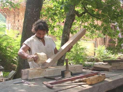 Charpentier en train de réaliser un assemblage. © Guédelon - Reproduction et utilisation interdites - Tous droits réservés