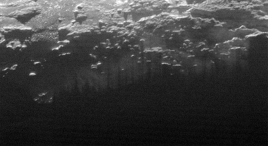 Sur cette image qui couvre un espace de 185 km, on aperçoit une brume qui couvre la surface de Pluton, en rase-mottes. Téléchargez l'image en haute résolution ici (0,6 Mo). © Nasa, JHUAPL, SwRI
