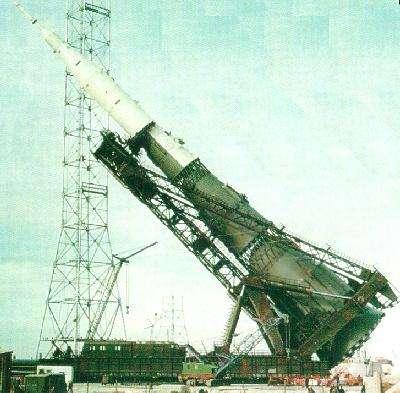 Le lanceur soviétique N1, de taille et masse comparables à la fusée Saturne 5 américaine, était acheminée horizontalement sur son pas de tir. Crédit RKK-Energya.