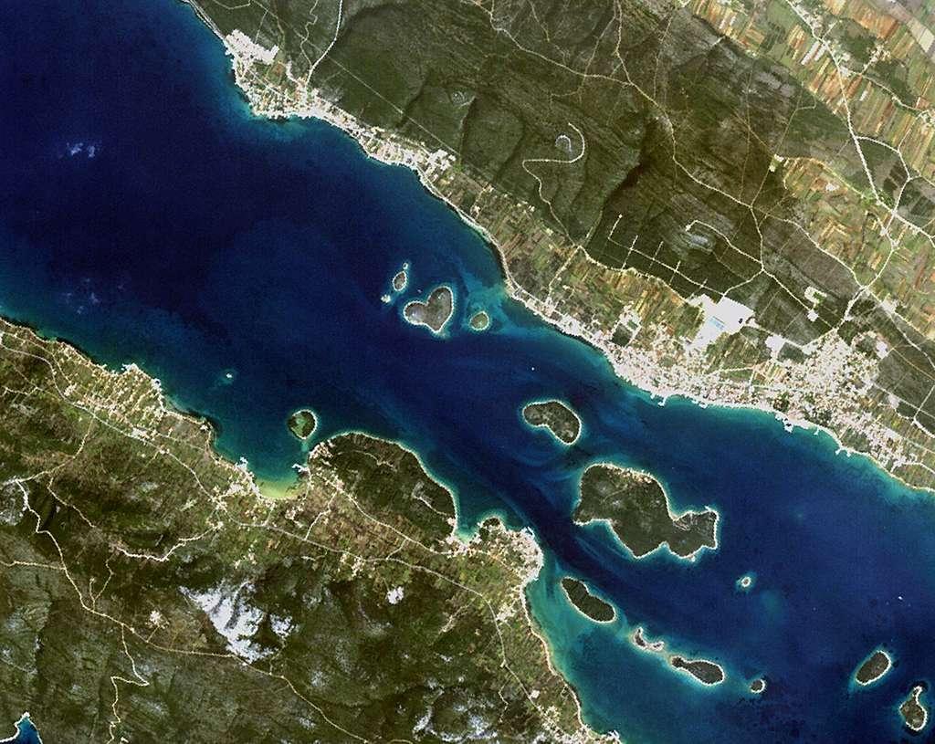 L'île de Galešnjak aussi appelé Île de l'Amour forme un tout petit cœur dans la mer Adriatique, entre l'île de Pašman (coin inférieur gauche) et la Croatie (en haut à droite), vu par le satellite ALOS. © Jaxa, ESA
