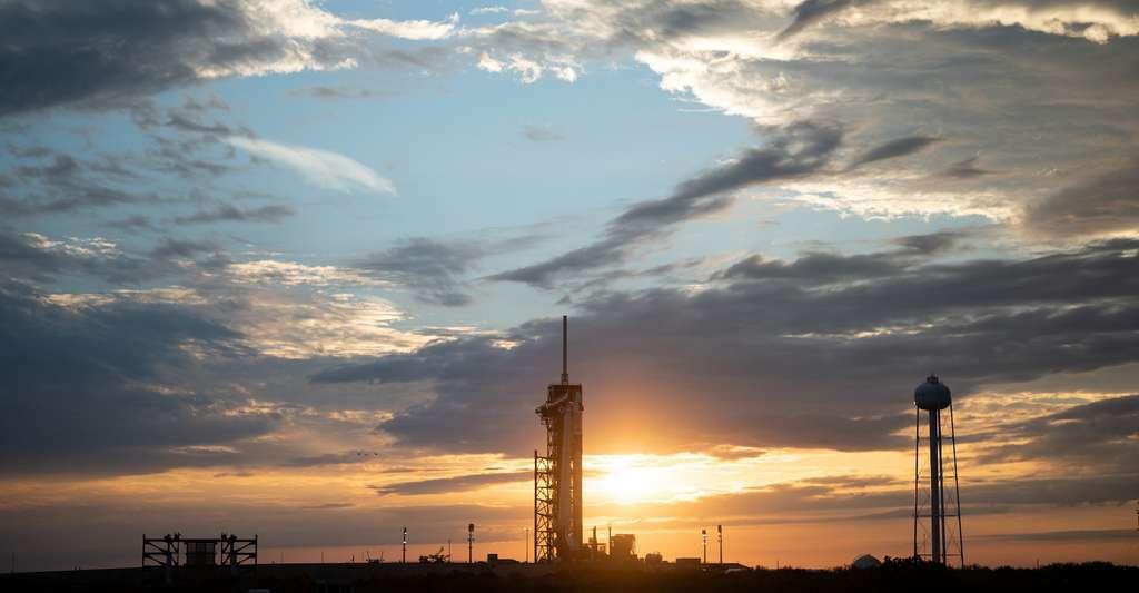 Le lanceur Falcon 9 de SpaceX avec son Crew Dragon au coucher du soleil, le lundi 19 avril 2021, sur la rampe de lancement du complexe de lancement 39A du centre spatial Kennedy de la Nasa, alors que les préparatifs se poursuivent pour la mission Crew-2. © Joel Kowsky, Nasa