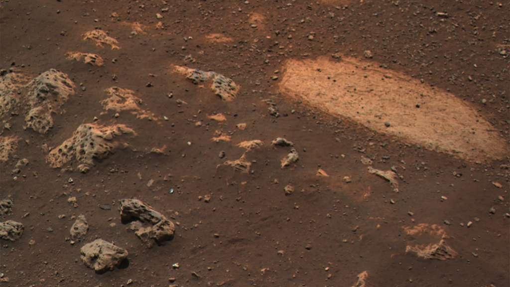 À gauche des roches caverneuses dont l'origine pourrait être volcanique. Ce n'est évidemment qu'une supposition car il existe des roches caverneuses non volcaniques. © Nasa, JPL-Caltech, ASU, MSSS