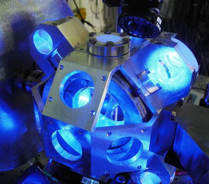 Depuis 1967, la seconde est définie à partir de la fréquence de résonance d'une transition énergétique micro-onde très stable de l'atome de césium (9,2 GHz). Mais on peut aussi utiliser des atomes dans un piège de lumière, dit