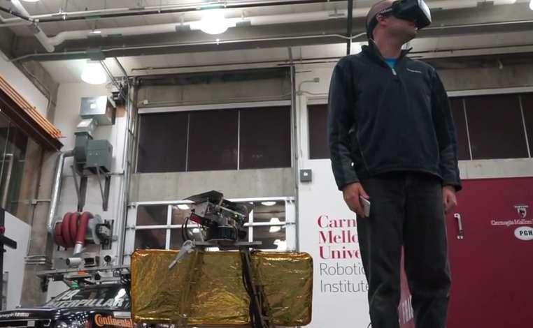 Explorer la Lune comme si on y était grâce à un casque Oculus Rift… Cette expérience unique pourrait bientôt être accessible au plus grand nombre. C'est en tout cas ce qu'espère l'équipe de l'université Carnegie Mellon. © Daniel Shafrir, Carnegie Mellon