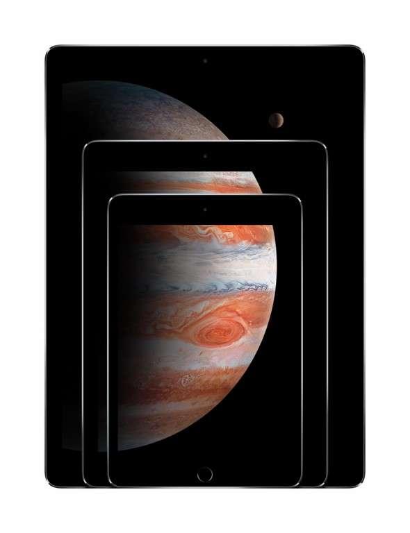 Avec l'iPad Pro, Apple s'adresse à une clientèle professionnelle avec un format 12,9 pouces, un stylet et un clavier (en option) et des outils de productivité spécifiques (suites Adobe et Microsoft Office intégrées). © Apple
