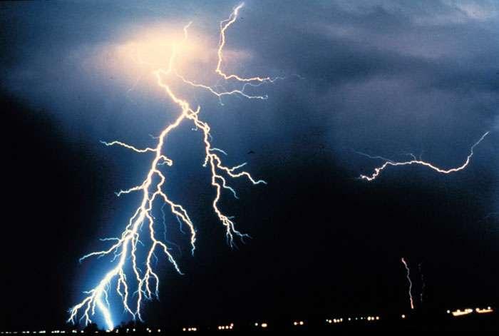 L'une des nombreuses images d'éclairs que l'on peut trouver sur le site de la National Oceanic and Atmospheric Administration (Noaa). S'agit-il vraiment de la manifestation d'une gerbe de particules secondaires produite par des rayons cosmiques et traversant un nuage ? © Noaa
