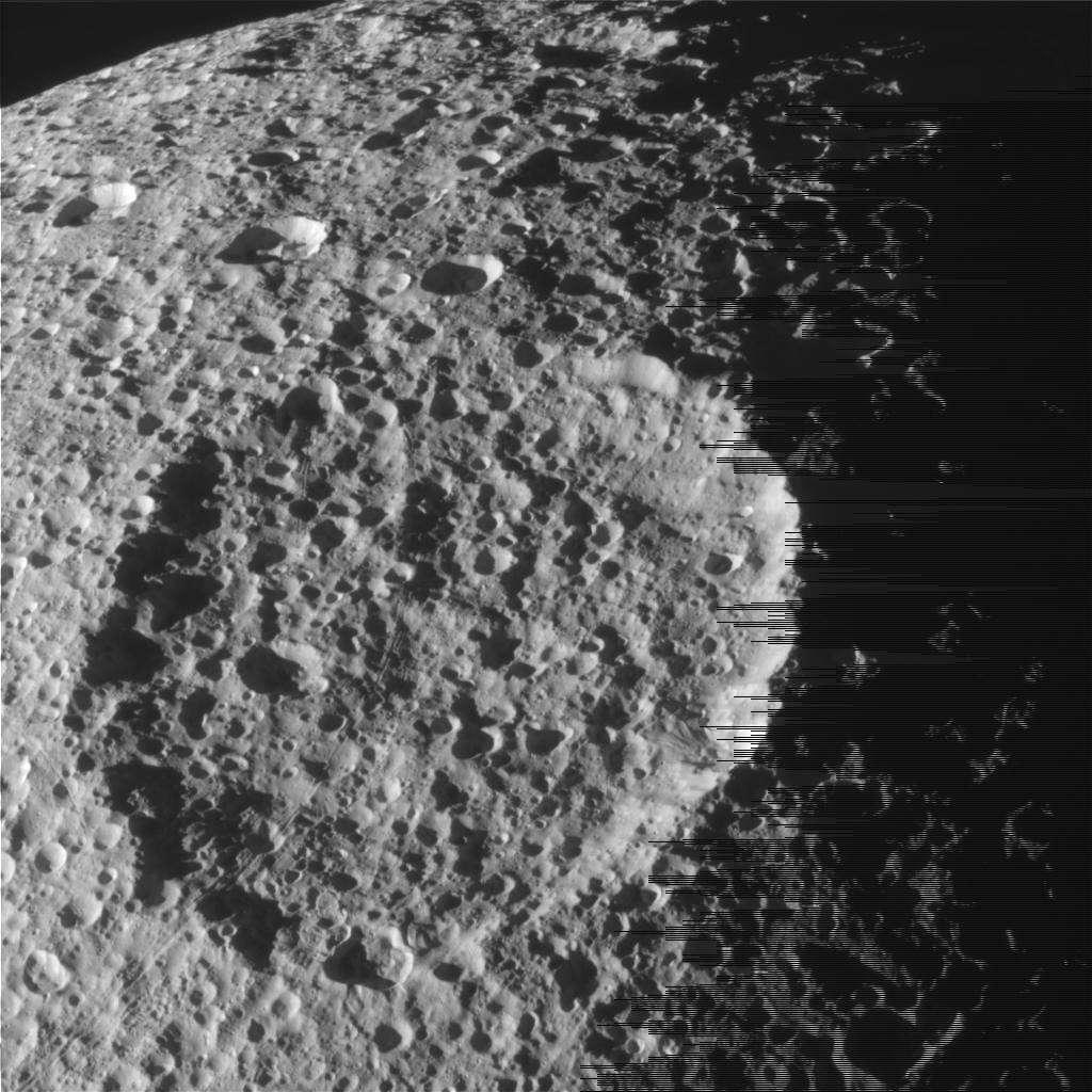 La surface cratérisée du satellite Téthys. Crédit Nasa/SSI