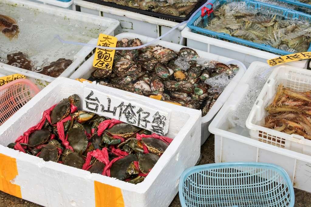 Un marché aux poissons comme on peut en trouver en Chine. © tostphoto, Adobe Stock