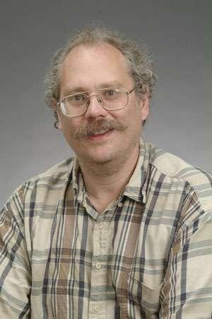 Peter Shor, né le 14 août 1959, est un mathématicien américain du MIT bien connu pour ses travaux portant sur le calcul quantique. On lui doit un algorithme célèbre très efficace pour décomposer un entier en produit de nombres premiers avec un calculateur quantique. C'est l'algorithme de Shor. © Peter Shor