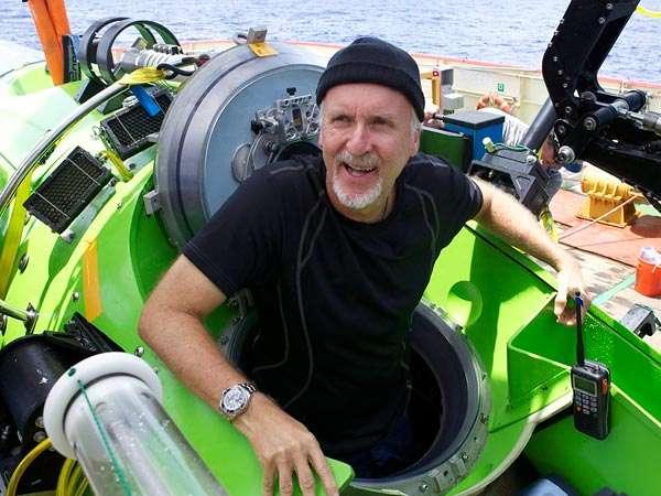 James Cameron sortant de son sous-marin après avoir atteint le point le plus profond de la Planète. Avant cet exploit, il totalisait déjà 72 plongées dont 12 sur l'épave du Titanic (à environ 3.800 mètres de profondeur). © Mark Thiessen, National Geographic