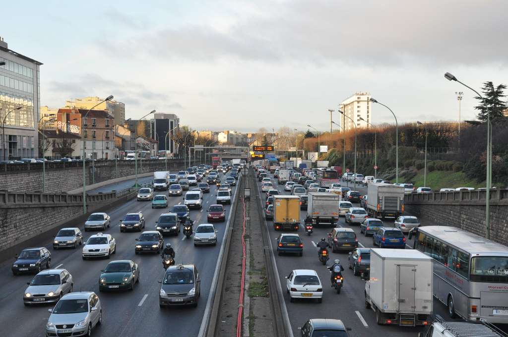 La lutte contre le réchauffement climatique va probablement nous imposer de nous passer de nos voitures conventionnelles avant que les réserves de pétrole ne s'épuisent.