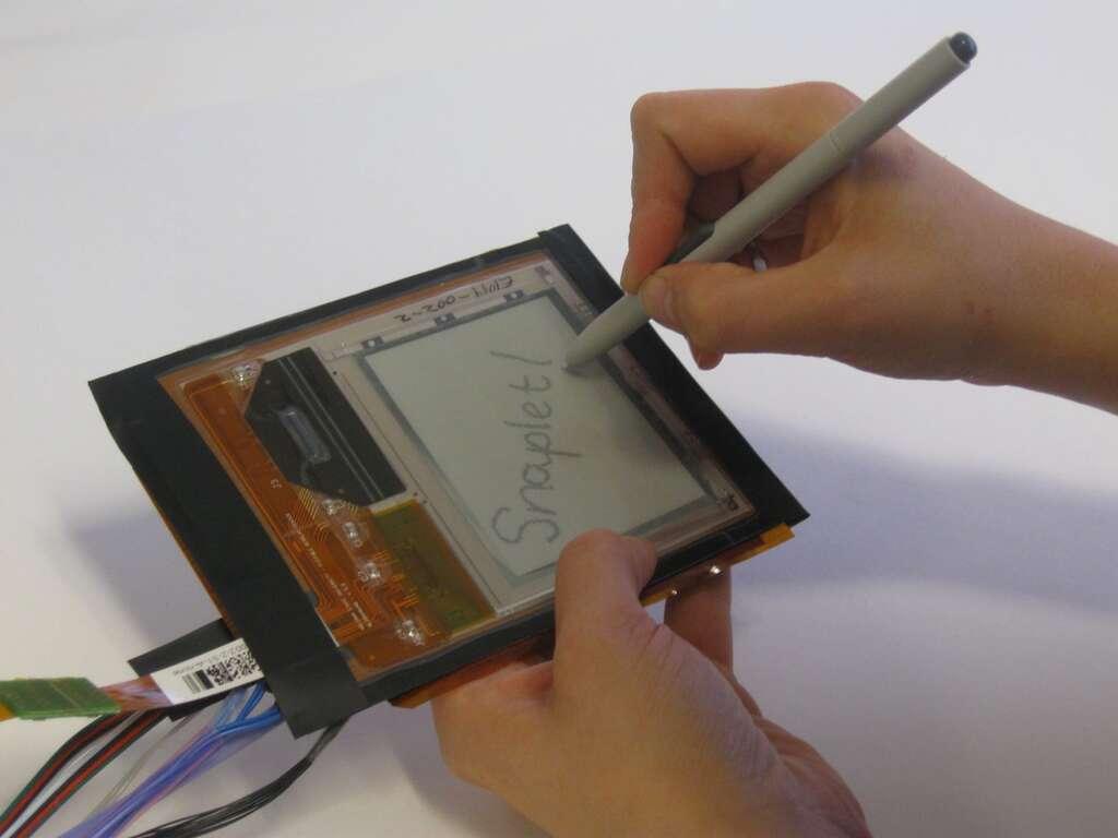 Snaplet s'utilise avec un stylo mais peut aussi être roulé autour du poignet. © Human Media Lab