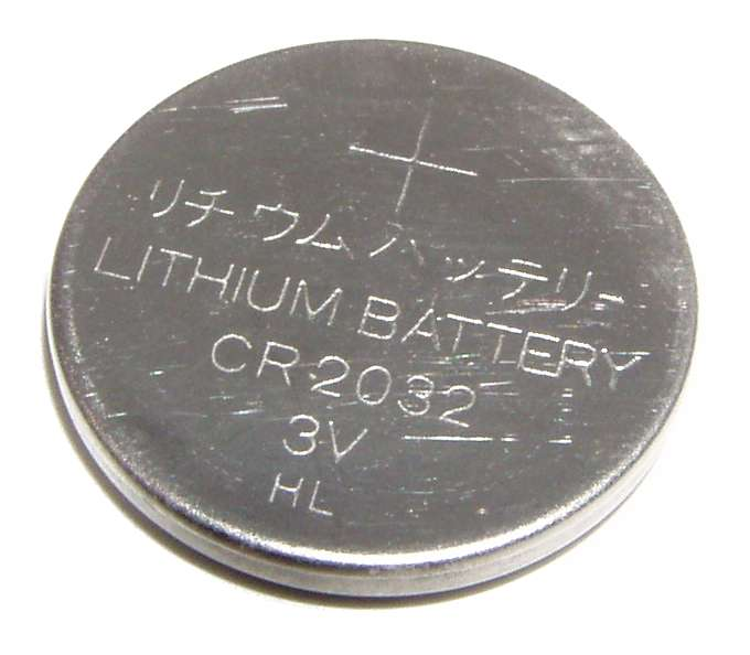 Pile bouton au lithium de 3V. On utilise souvent ce genre de piles dans les montres. © Krzysztof Woznica, Wikimedia Commons, DP