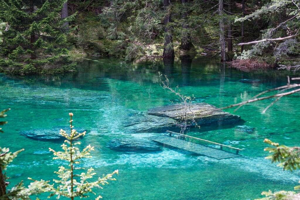 La passerelle engloutie par le lac Vert