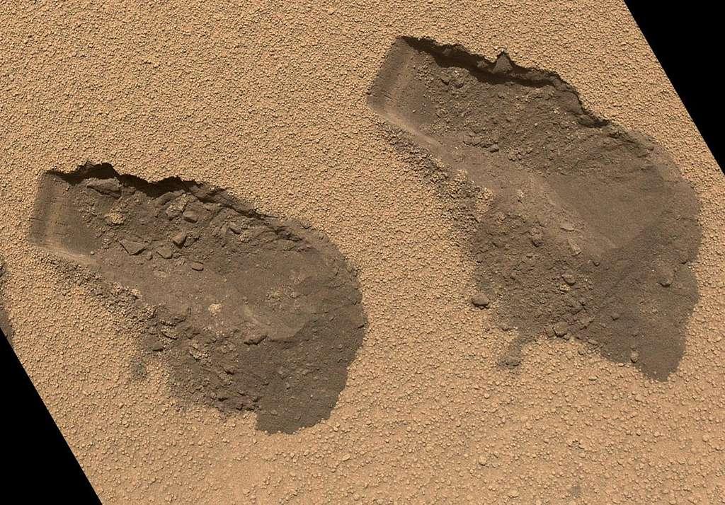 Les traces des prélèvements de sable effectués par la pelle de Curiosity sur le site Rocknest en octobre 2012. La largeur de l'instrument est de 4 cm. © JPL-Caltech, MSSS, Nasa