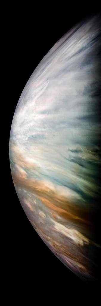 Sur cette image prise par la sonde Juno en décembre 2017, on découvre d'épais nuages blancs dans la région équatoriale de Jupiter. Mais ceux-ci sont transparents aux micro-ondes ce qui a permis au radiomètre à micro-ondes de la sonde de mesurer les taux d'eau dans l'atmosphère de la planète géante. © Nasa/JPL-Caltech/SwRI/MSSS/Kevin M. Gill