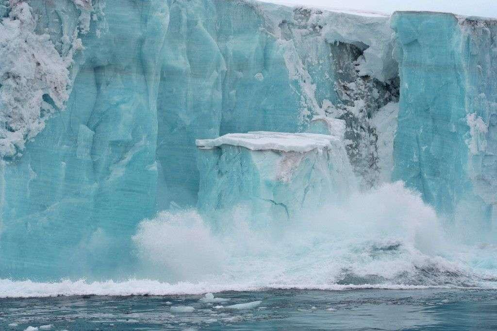Les plateformes de glace flottantes (ice shelf en anglais) sont l'extension des glaciers sur l'océan. Leur épaisseur peut dépasser les 400 m. Il ne faut pas les confondre avec les banquises qui elles résultent du gel de l'eau de mer. © Yukon White Light, Flickr, cc by nc nd 2.0