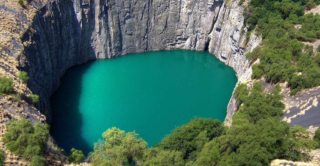 Le Big Hole (« grand trou ») est l'ancienne mine de diamant à ciel ouvert de Kimberley, en Afrique du Sud. © Irene2005, CC by 2.0