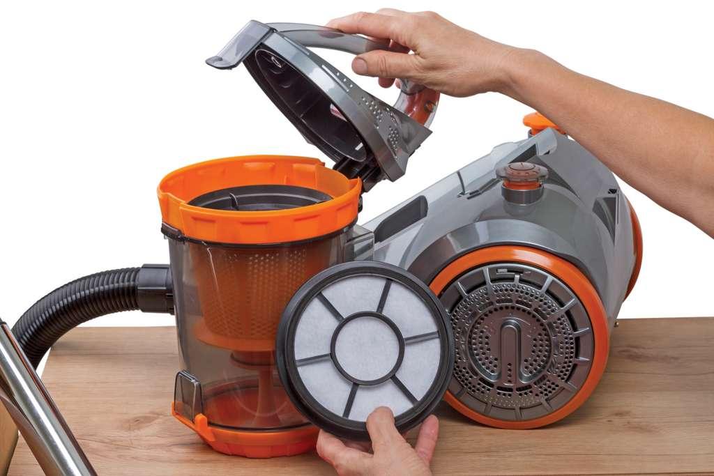 Nettoyer les filtres de votre aspirateur vous aidera grandement à prévenir les pannes. © ra3rn, Adobe Stock