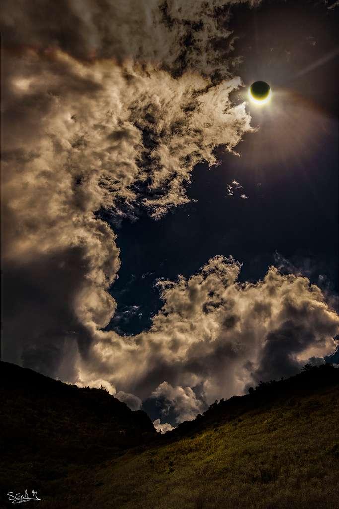 Peu avant la totalité, la Lune s'avance devant le Soleil. Photo prise au nord de la bande de centralité, à la Réunion. © Stéphane Moser