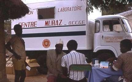 Photo : 32 - Camion-laboratoire offert par les Fondations Raoul Follereau permettant de réaliser les examens parasitologiques et séro-immunologiques directement dans les villages. © Gérard Duvallet