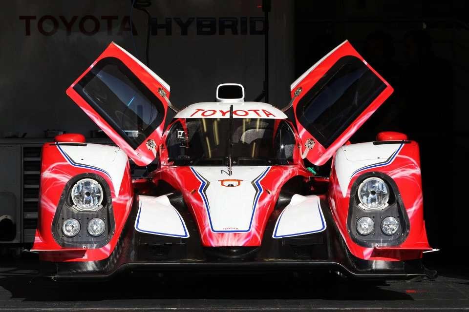La Toyota TS030 Hybrid, une voiture à motorisation hybride destinée aux courses d'endurance. Elle peut rouler 2 km en utilisant uniquement le moteur électrique, ce qui pourrait lui servir pour les déplacements sur le stand de l'équipe. © Toyota