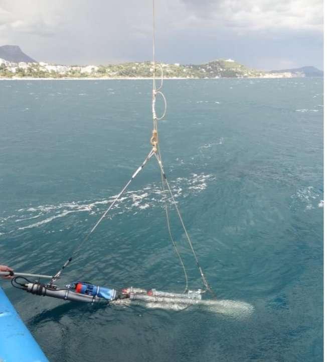 La sonde Subglacior a d'abord été testée en Méditerranée, au large de Nice. Elle a été descendue, sans son tube, jusqu'à 600 m et a mesuré en continu la teneur en gaz dissous. Un tel appareil pourrait aussi servir en océanographie. Le projet Subglacior est financé par le Conseil européen de la recherche (ERC), l'Agence Nationale de la Recherche (ANR), le programme Investissements d'Avenir au travers du projet Climcor, l'institut polaire français Paul-Emile Victor (IPEV), les fondations BNP Paribas et Mamont. © Jérôme Chappellaz (LGGE, OSUG, CNRS/UJF)