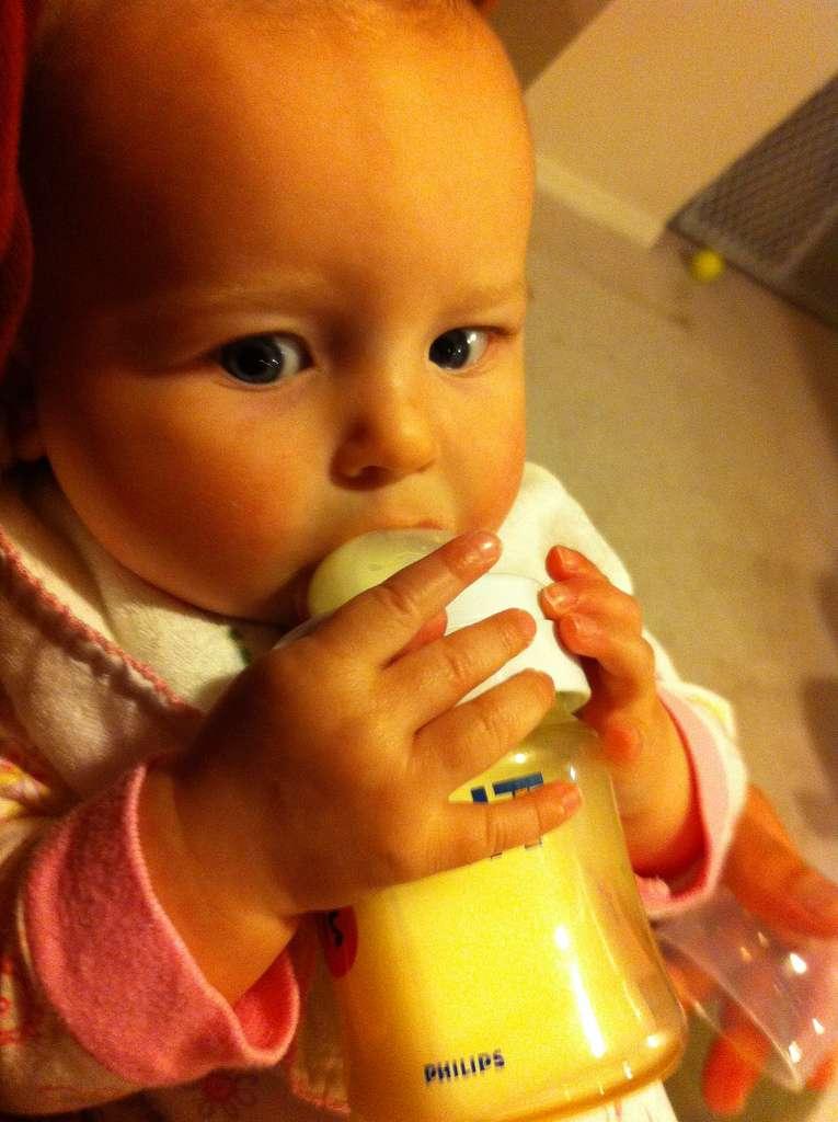 Seuls le lait maternel et le lait maternisé sont bons pour les enfants. Les autres, tels les laits de soja ou de riz, ne contiennent pas les éléments nécessaires à la bonne santé du bébé. © Wayan Vota, Flickr, cc by nc sa 2.0