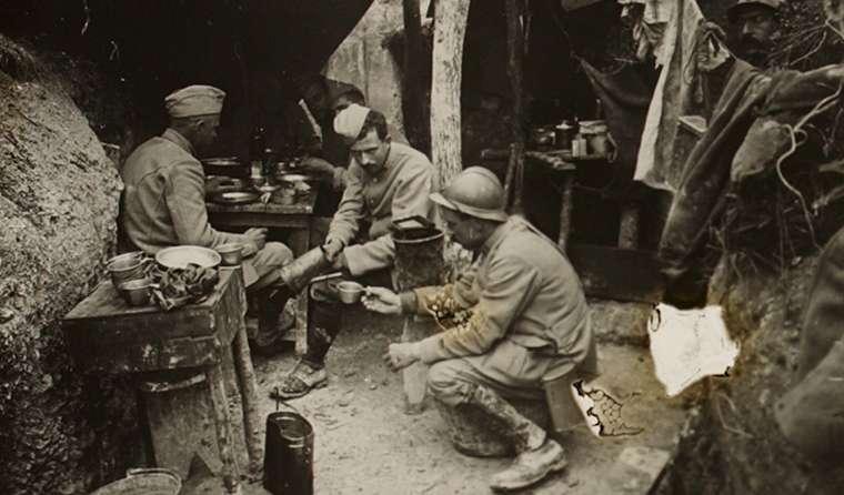 Dans les tranchées, les poilus devaient endurer des conditions de vie extrêmes, rendant leur quotidien effroyable. © Musée de la grande guerre. Pays de Meaux