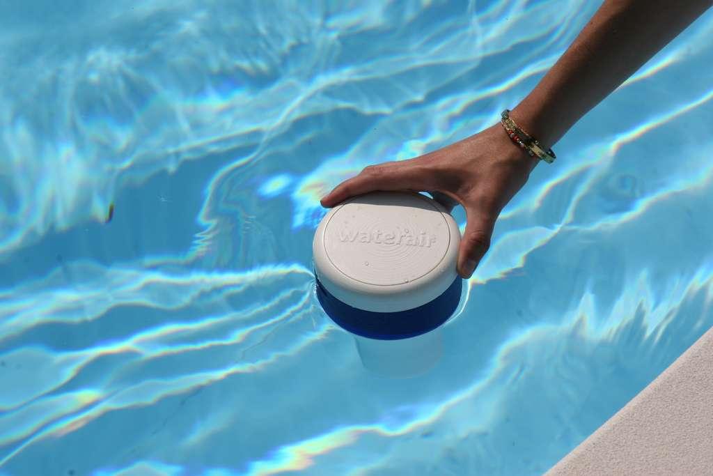 Cœur du dispositif easy·care, l'analyseur connecté flotte en permanence à la surface de l'eau pour contrôler en temps réel la qualité de l'eau. En cas de problème, il préconise la juste dose de produit à utiliser. © Waterair