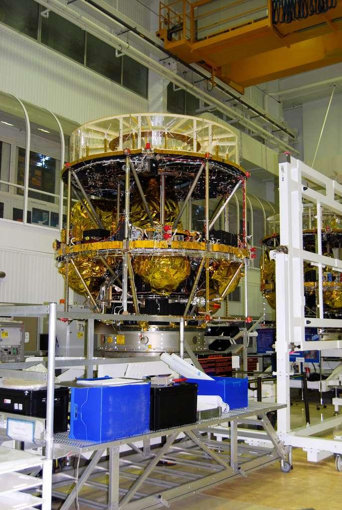 À côté de Séviri, MSG-3 embarque deux charges utiles secondaires. Le détecteur du bilan radiatif terrestre global qui mesurera à la fois la quantité d'énergie solaire qui est réfléchie dans l'espace et le rayonnement thermique émis par la Terre. Le second instrument est un répéteur de recherche et sauvetage qui permettra à MSG-3 d'assurer le relais des signaux de détresse lancés par balise. À l'image, un satellite de seconde génération en cours de construction chez Thales Alenia Space, à Cannes. © Flashespace, R. Decourt