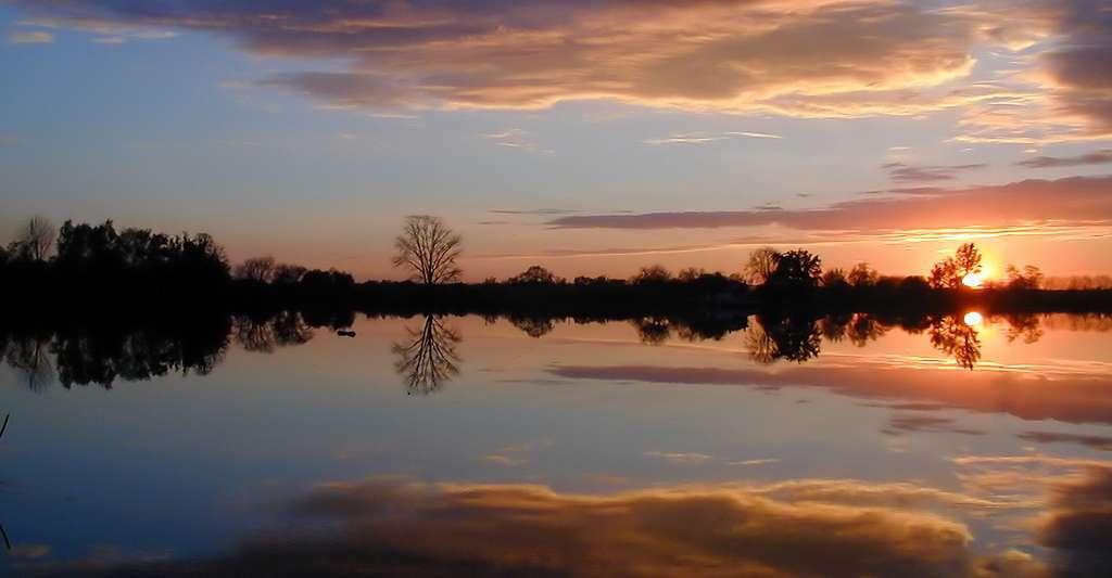 Quelle est la qualité de l'eau potable en France ? Ici, la Garonne en novembre, sous le soleil couchant, à Esconac. © San Kukai, CC by-sa 3.0