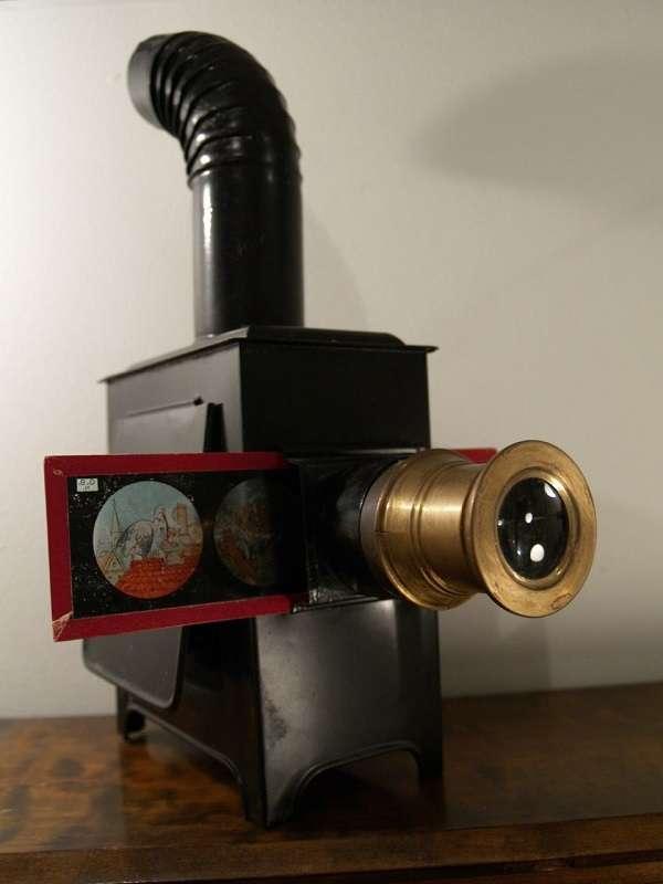 Une lanterne magique. L'animation fonctionne avec deux plaques en verre peintes à la main. © Andrei!, Flickr, CC by-sa 2.0