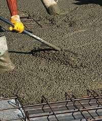 Mise en œuvre d'un béton incorporant des billes d'argile dans le cadre d'une réhabilitation de plancher. © Laterlite