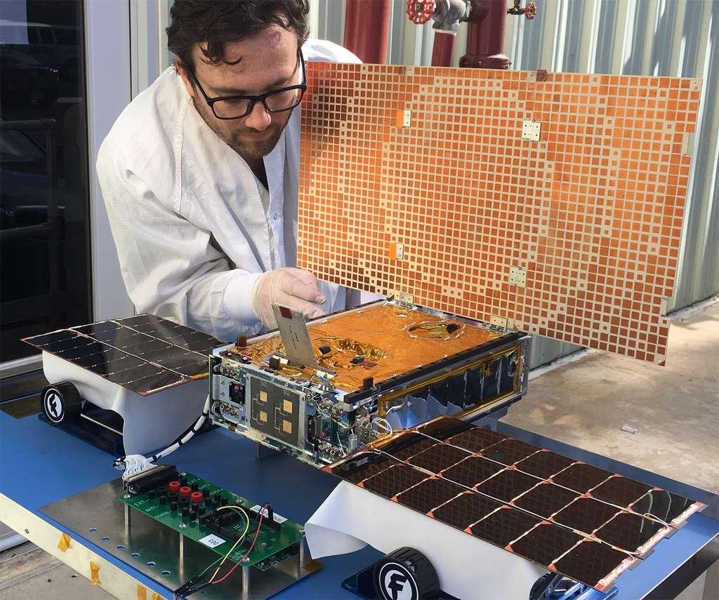 L'ingénieur Joël Steinkraus (JPL) s'affaire autour du panneau solaire d'un des deux CubeSats MarCO. © Nasa, JPL-Caltech