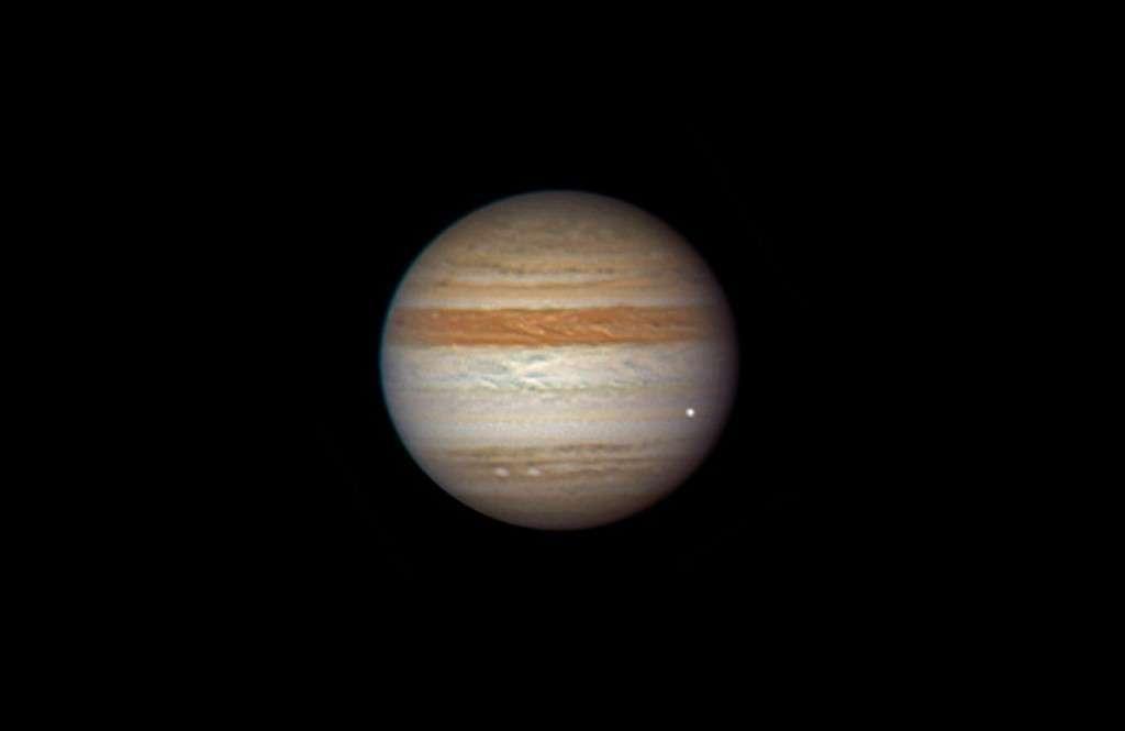 3 juin 2010 : un flash lumineux enregistré dans l'atmosphère de Jupiter révèle la désintégration d'un petit corps céleste. On peut remarquer qu'il manque la bande équatoriale sud (située sous le point lumineux), masquée depuis plusieurs semaines par des nuages blancs. Crédit A. Wesley