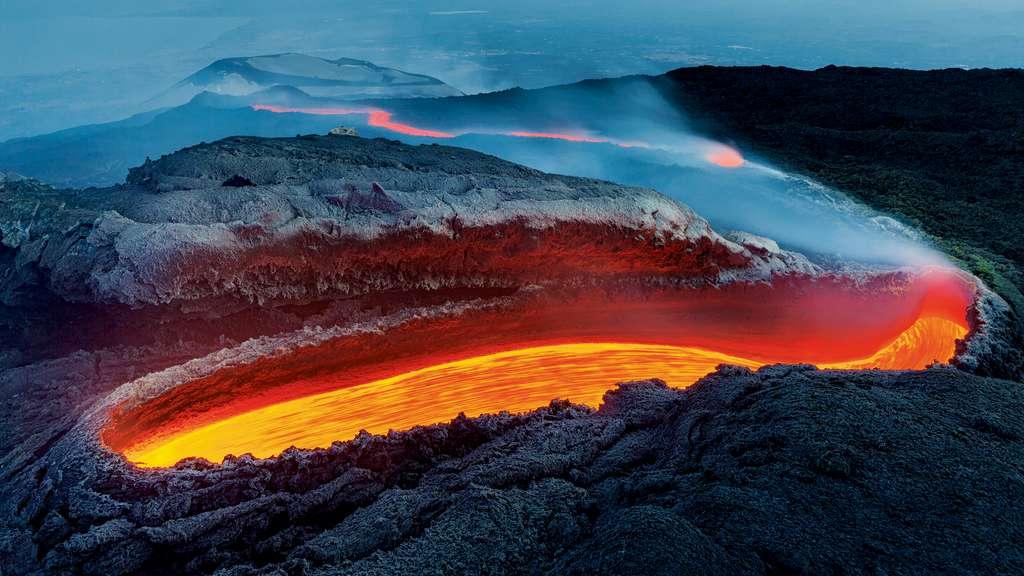 Percer les secrets de l'Etna, le volcan le plus actif d'Europe. © Luciano Gaudenzio, Wildlife Photographer of the Year 2020