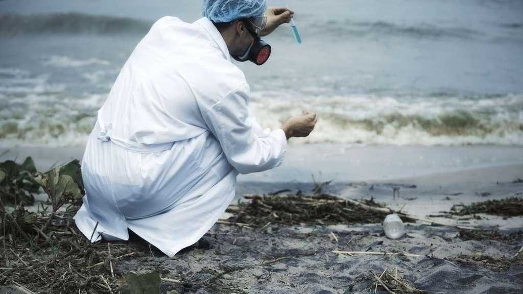 En cas de pollution détectée, l'hydrobiologiste se rend sur place pour prélever des échantillons à analyser en laboratoire. Il propose alors des solutions pour y remédier. © motortion, Fotolia.
