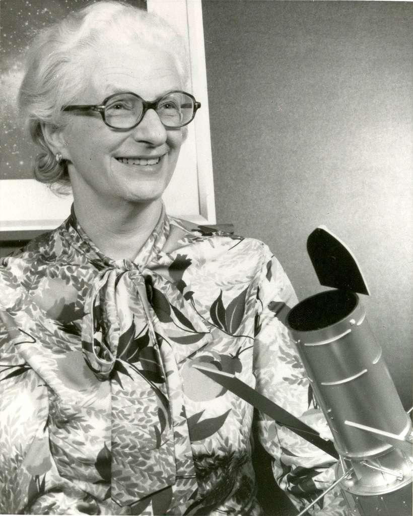 En 1966, Nancy Grace Roman pose devant une maquette de ce qui allait devenir le télescope spatial Hubble. © Nasa