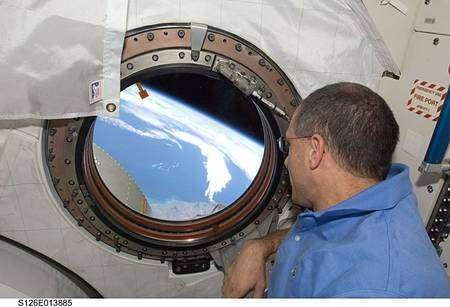 La Terre, vue cette fois depuis le modula japonais Kibo. En avant-plan, l'astronaute Donald Pettit, spécialiste de mission. Cliquer pour agrandir. Crédit Nasa