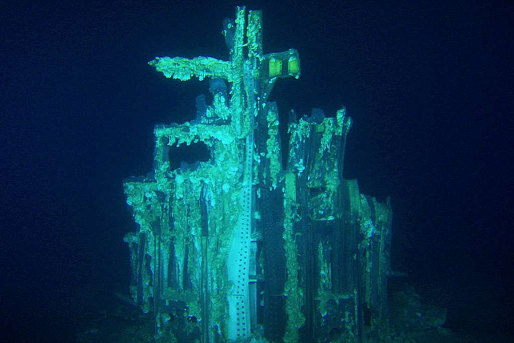 Cette épave fantomatique est ce qu'il reste de l'étage S-IC (c'est-à-dire la partie inférieure de la fusée Saturn V), photographié par un ROV à 4.200 m de profondeur, dans l'océan Atlantique, au large de la Floride. © Fondation Bezos