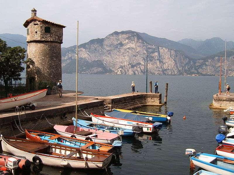 Malcesine est un petit port situé dans la province de Vérone, sur la rive nord-est du lac de Garde. © Markus Bernet, cc by sa 2.0